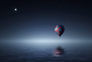 Heißluftballon über Meer mit Mond